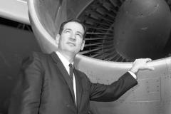 Mladi letalski inženir ob vstopniku v potisni motor